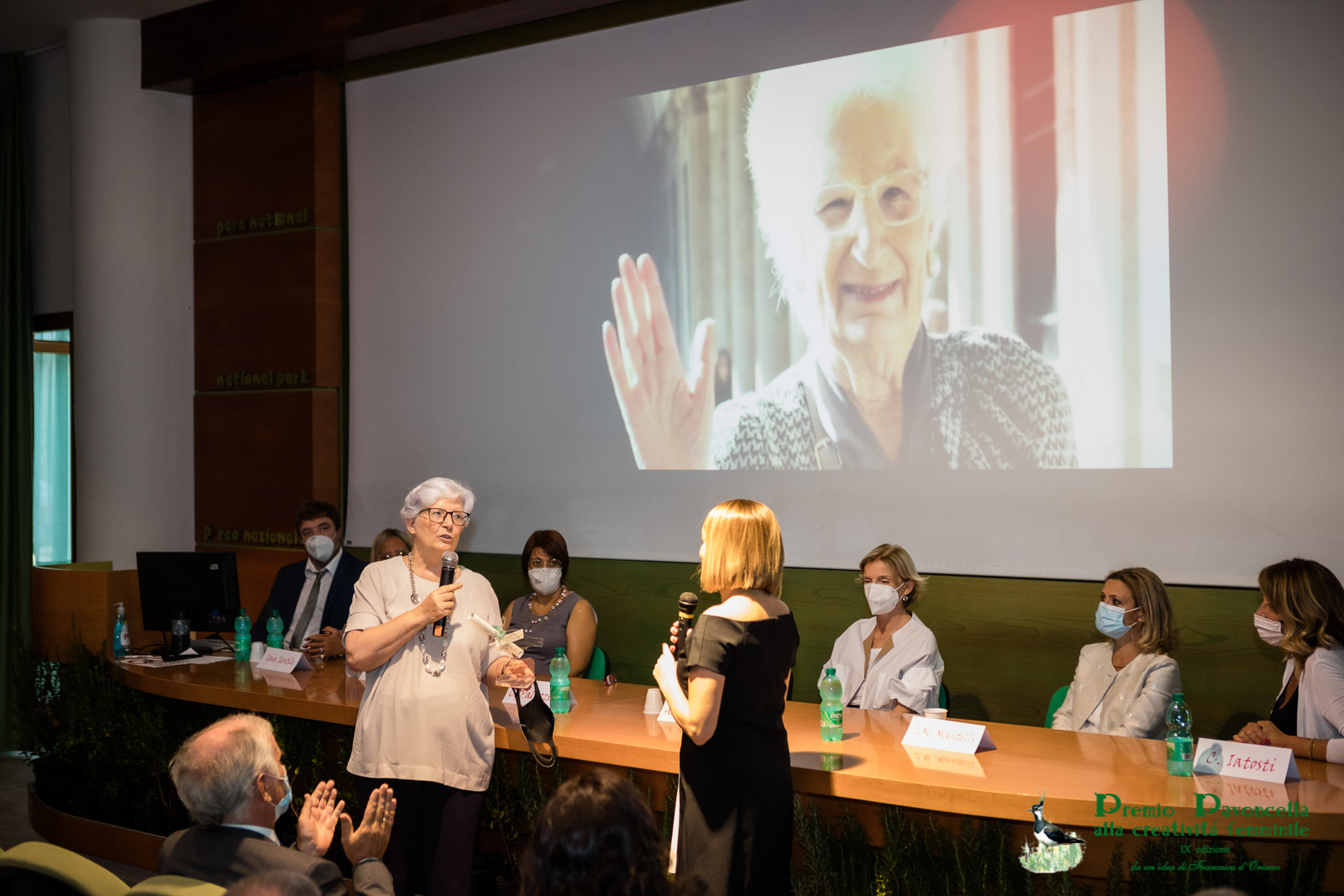 La sen. Paola Binetti riceve il Premio Pavoncella attribuito a Liliana Segre quale Donna dell'Anno