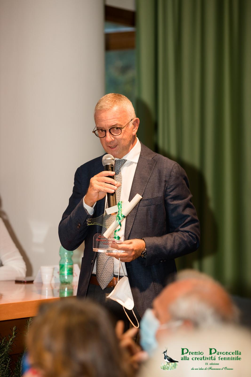 Il prof. Michele Cicala in un momento della premiazione
