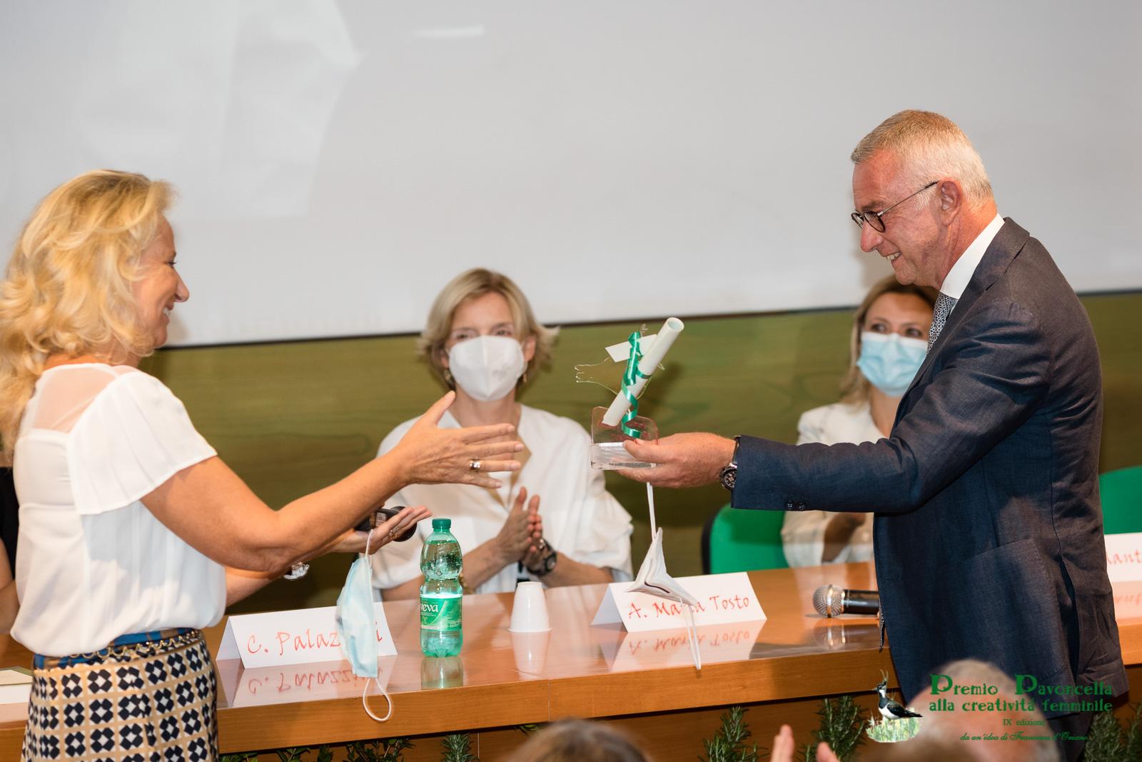 Il Prof. Michele Cicala, Responsabile UOC di Gastroenterologia ed Endoscopia Digestiva del Campus Bio Medico premia la professoressa Rosa Sessa