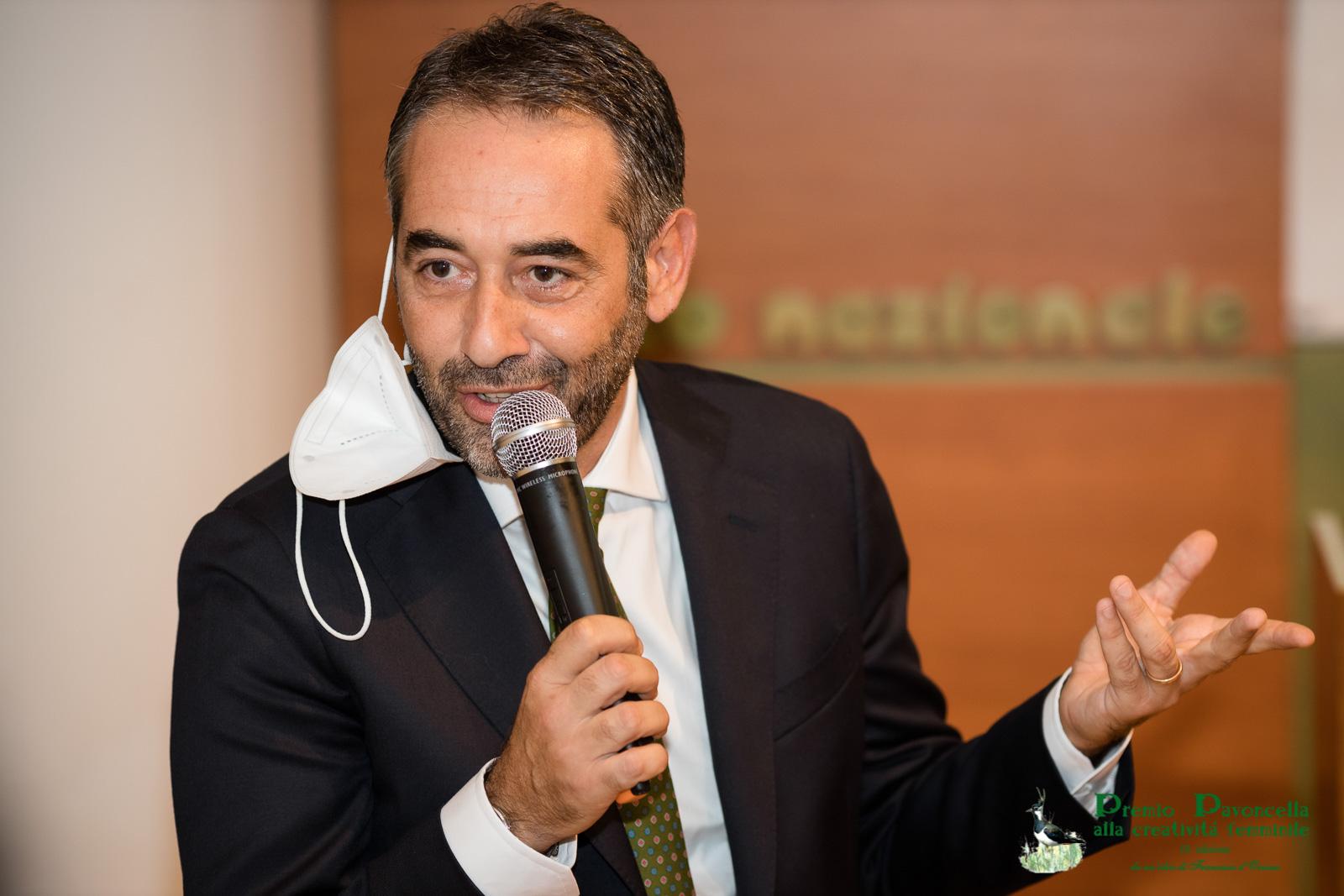 Il Prof.Michele Guarino, presidente del Comitato Scientifico del Premio Pavoncella, in un momento della premiazione