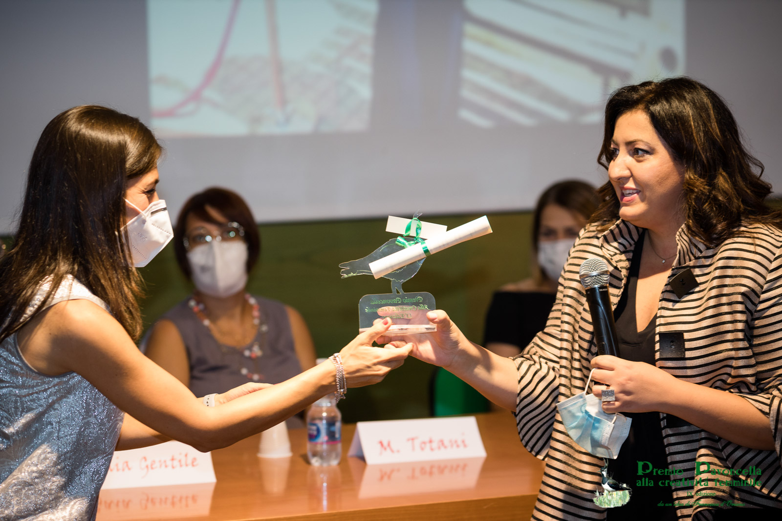 La dottoressa Anna Maria Altomare premia con borsa di studio per la Ricerca Scientifica, Emanuela dell'Aquila