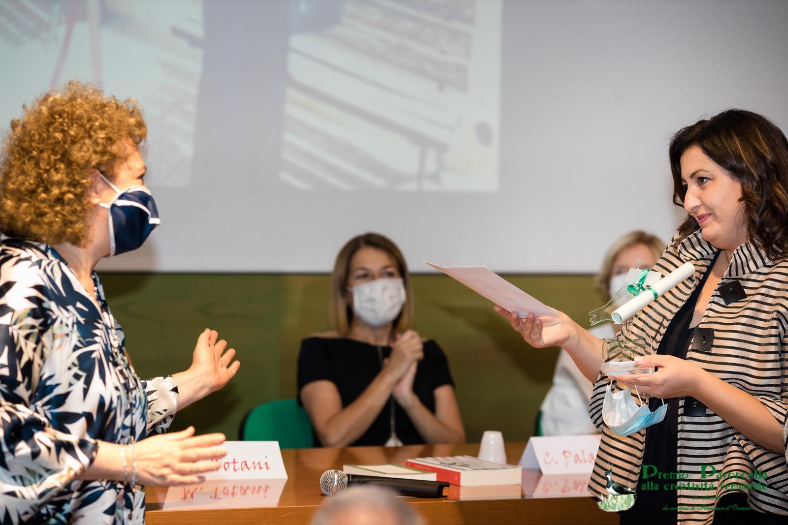 Margherita Giocoli consegna ad Emanuela Dell'Aquila la borsa di studio per la ricerca scientifica assegnata nel ricorso del padre, il professor Gerardo Giocoli