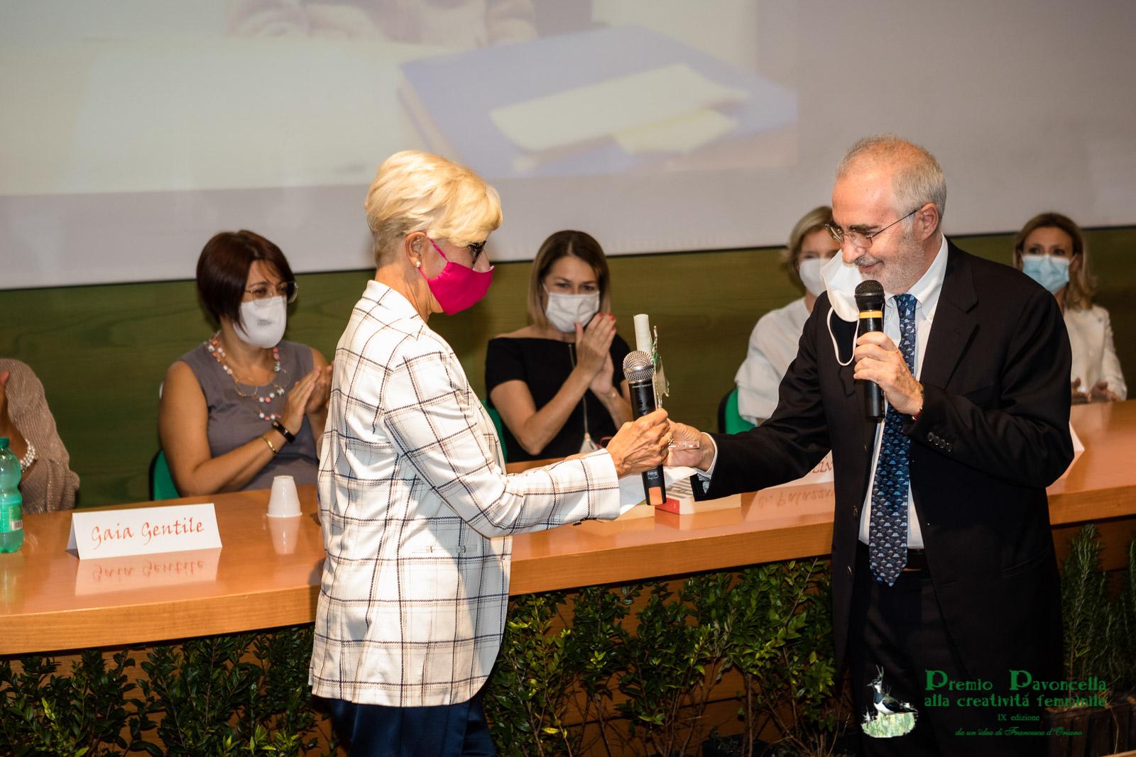 Il Giudice della Consulta, Silvana Sciarra, premiata dal Presidente della Corte di Cassazione, Pietro Curzio, quale Donna dello Stato per lo Stato