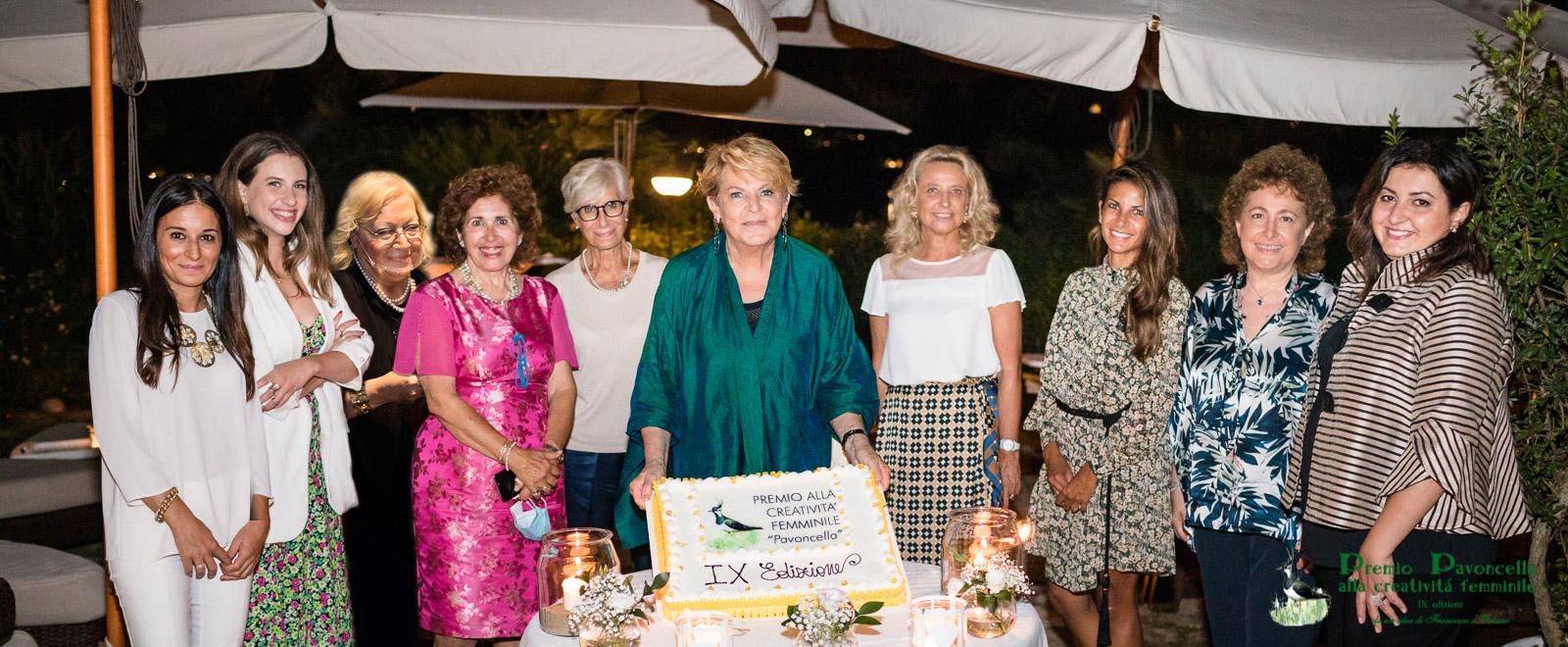 Foto di gruppo per le vincitrici della IX edizione del Premio Pavoncella prima del taglio tradizionale della torta