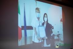 Francesca d'Oriano, ideatrice e curatrice del Premio Pavoncellaconsegna al Prefetto Maria Rosa la motivazione del Riconoscimento speciale votato all'unanimità dalla Giuria
