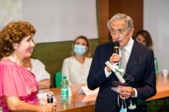 Lucia Vedani premiata dal presidente onorario del campus Bio Medico, Prof. Paolo Arullani, per il suo Impegno nel Sociale