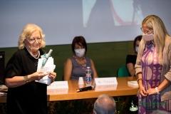 """Emma Giammattei premiata da Gaia Gentile con la Pavoncella per il suo saggio """"Paesaggi"""", edito da Treccani"""