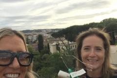"""Camilla Baresani riceve la targa del Premio Pavoncella per il  romanzo """"Gelosia"""" ed. Nave di Teseo"""
